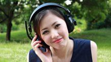 chica escucha musica